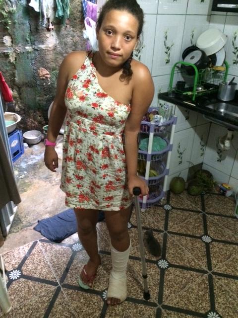 Joice conta que se jogou do brinquedo ao sentir que o sinto de segurança não tinha fechado. Foto: Emílio Gusmão / Blog do Gusmão.