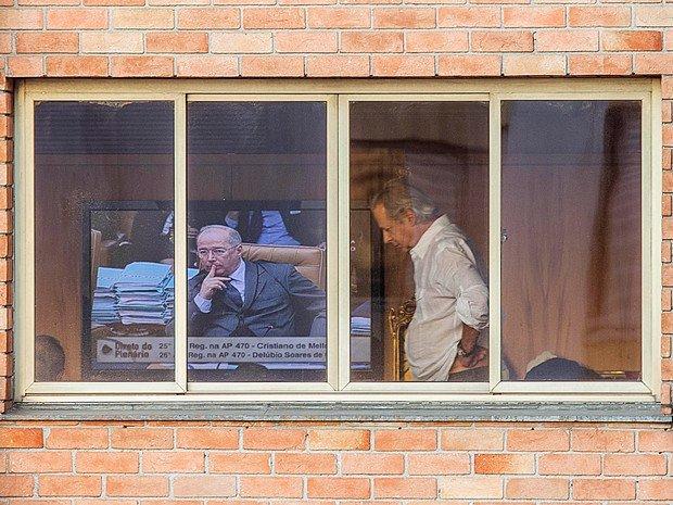 Na TV, o ministro Celso de Mello. Diante da tela, o ex-ministro chefe da Casa Civil, José Dirceu. Foto: Marlene Bergamo / Folha.