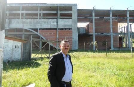 Vereador Zé Silva (PSDB) na obra em ruínas do Teatro e Centro de Convenções de Itabuna. Imagem: Gabriela Caldas/Blog do Gusmão.