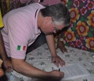 Controlador do município, Oton Matos, recebe o documento entregue pelos manifestantes.