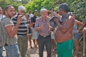 Marcos monteiro conversa com morador do Nova Ferradas.