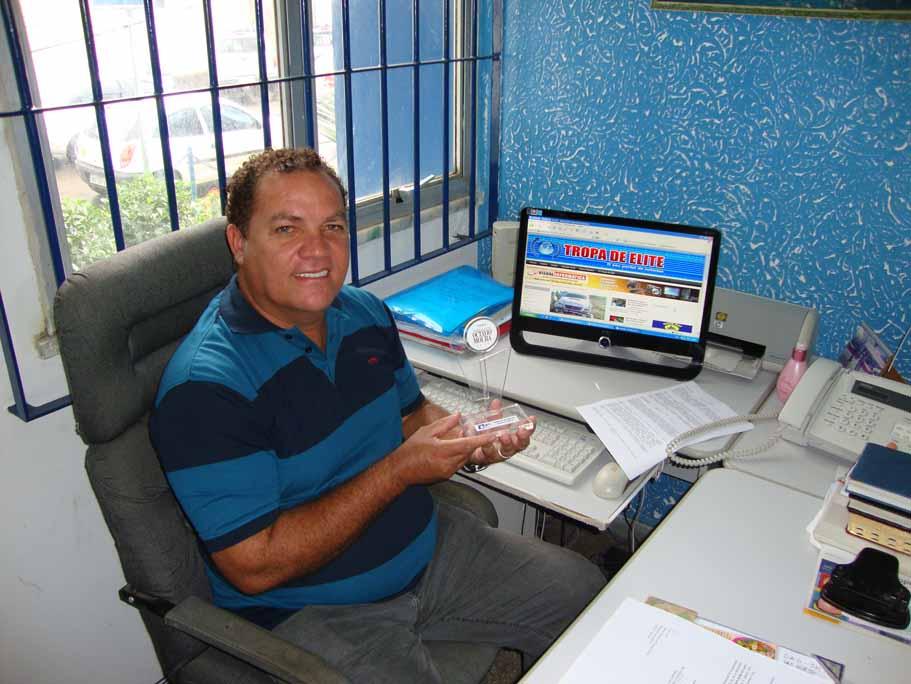 Hoje, dia 15 abril, o radialista Marinho Santos completa mais um ano de vida. Repórter policial dos bons, ele comando o Programa Tropa de Elite, na Rádio Bahiana de Ilhéus, ao lado de Robertinho Scarpita.