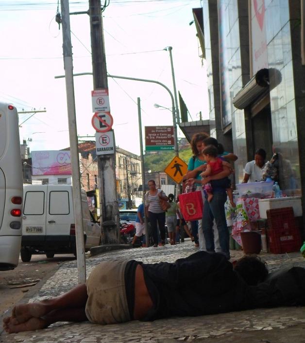 Homem dorme na calçada da Igreja Universal.