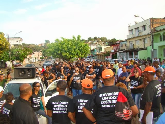 Nesta terça-feira (12), os servidores se manifestaram em frente à Justiça do Trabalho.