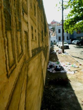 A beleza da arte contrasta com o lixo - Praça Castro Alves.