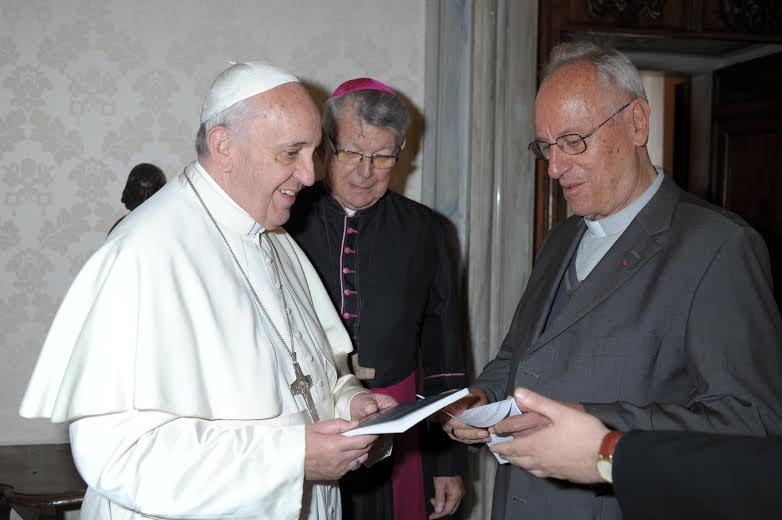 O Papa Francisco recebeu os missionários em seu gabinete, no Vaticano.