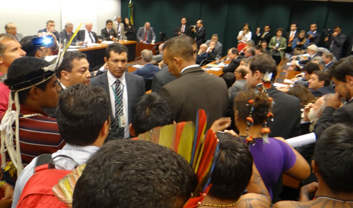 Agressões racistas contra indígenas marcaram sessão na Câmara Federal. Foto: Renato Santana / Brasil de Fato.