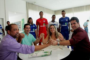 Dirigentes do Itabuna, do Cidadelle e o Secretário de Esportes comemoram a assinatura do contrato