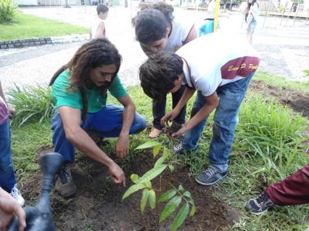 Alunos de Ilhéus plantam mudas em comemoração ao dia da árvore.