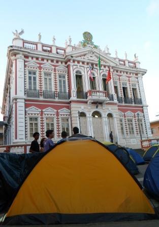 Reúne Ilhéus continua ocupando a frente do Palácio Paranaguá. Foto: Thiago Dias.