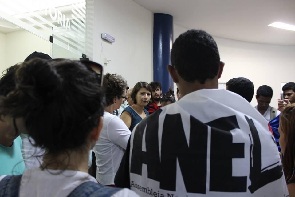 A Reitora Adélia Maria (ao centro) conversou com os estudantes.