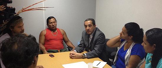 Reunião entre Tupinambás e o deputado Yulo Oiticica (PT).