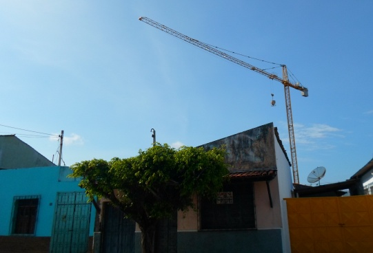 Moradores da Rua Castro Alves são os mais assustados com a presença do guindaste.