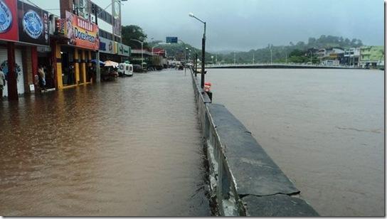 Rua Dr. Rocha Leal e Rio Una (centro de Valença). Foto: Magno Jouber/Facebook.