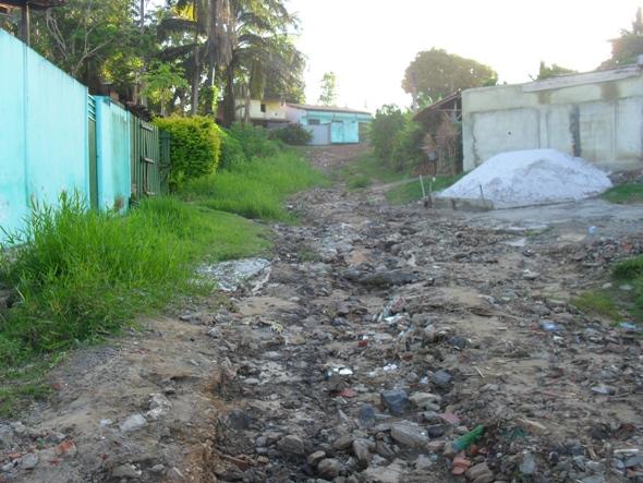 Esta é uma das ruas do Loteamento Água de Milagres, em Olivença.