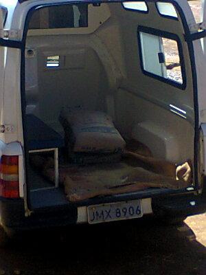 Ambulância de Una carregada com cimento.
