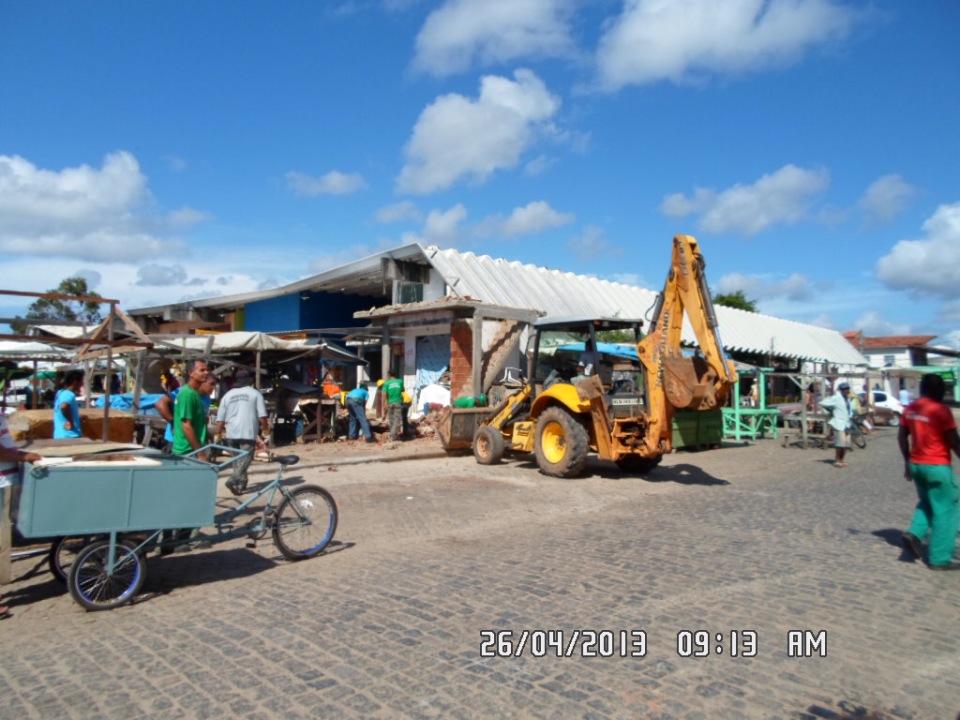 Construção irregular foi demolida na manhã desta sexta (Foto: reprodução Facebook\ Isaac Albagli)