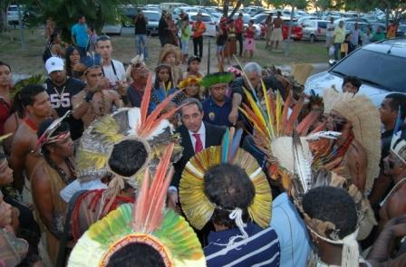 O deputado vai se reunir com índios, o governador e o ministro da Justiça.