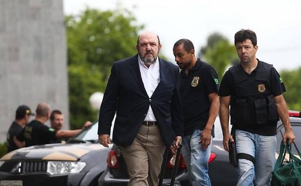 Agentes da PF acompanham Ricardo Pessoa. Imagem: Zanone Fraissat/Folhapress.