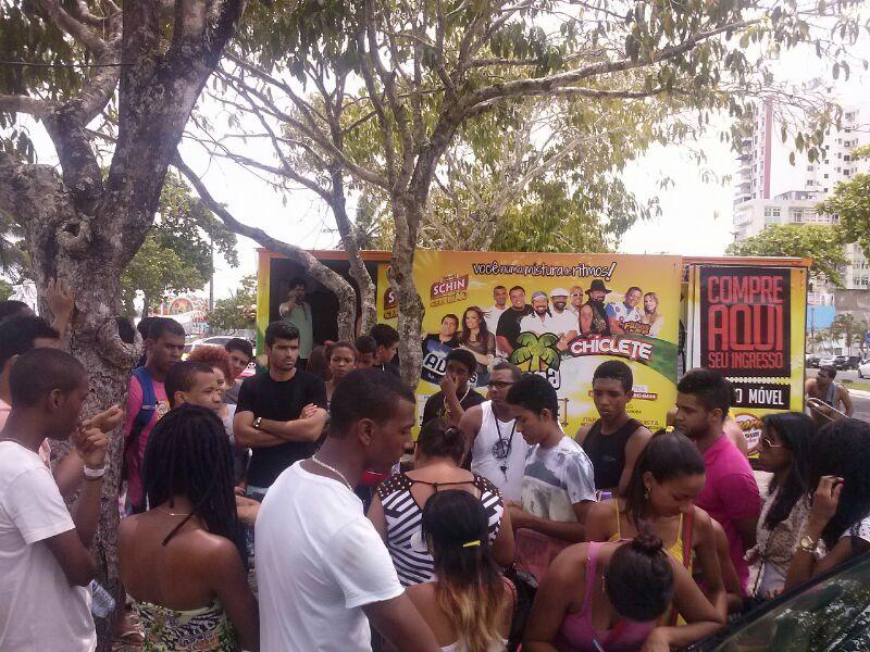 Os estudantes se juntaram diante do ponto de venda, para tentar comprar a meia entrada.