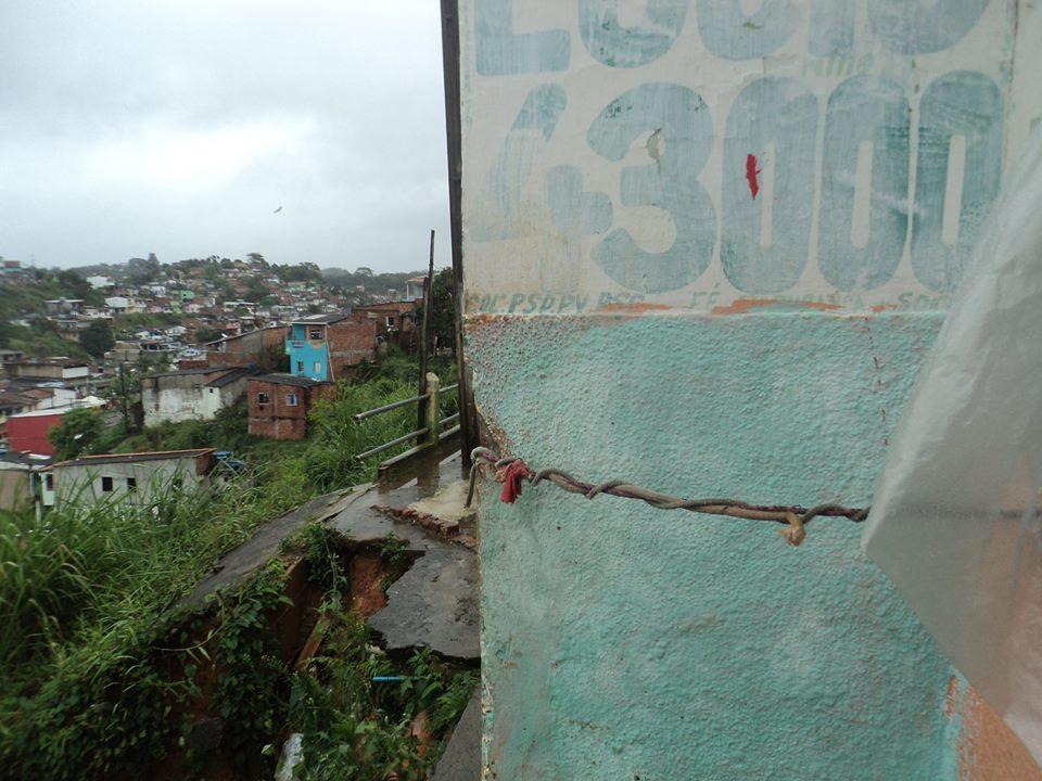 Preocupados com o risco de desabamento, moradores amarraram a casa.