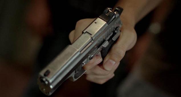 Os bandidos usaram armas de fogo para assaltar as crianças que brincavam na quadra do condomínio.