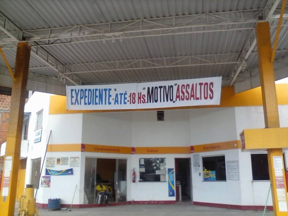 Este posto de gasolina, em Olivença (Ilhéus), alertou aos clientes que só funciona até as 18 hora. Assaltos motivaram a decisão. A falta de segurança pública dita o horário de funcionamento do comércio. Foto: Marcus Mendonça.