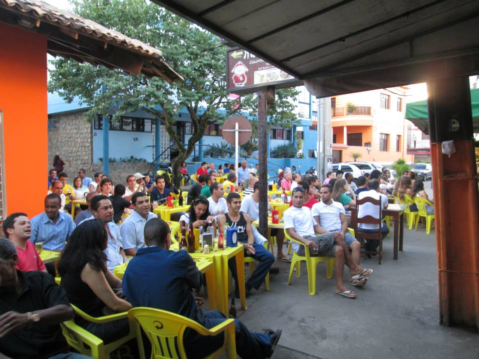 ... outros assistiam o jogo da seleção (Foto: Vitorino)