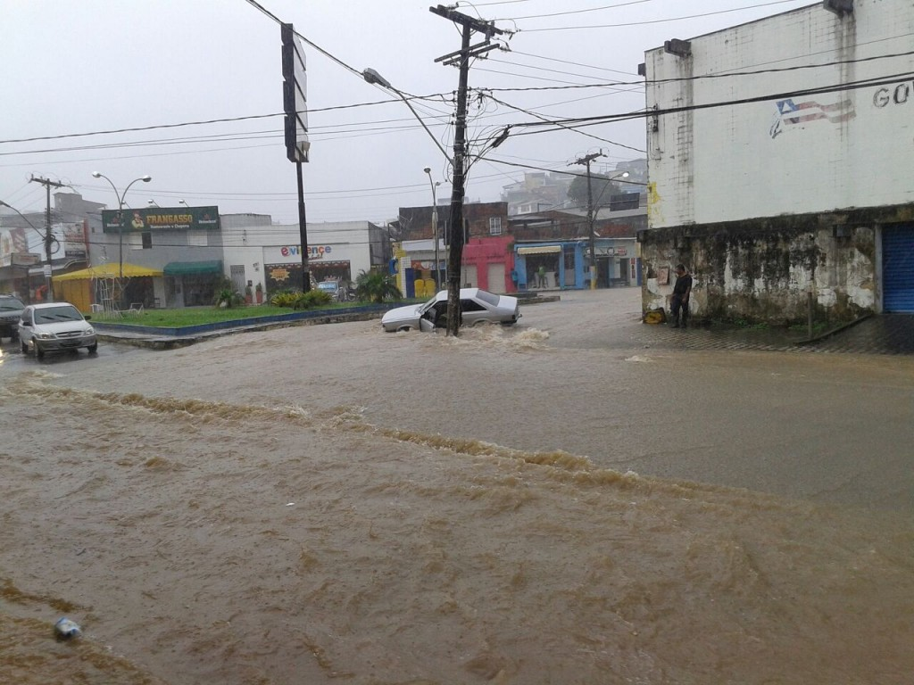 A chuva torrencial que tomou conta de Ilhéus na manhã de hoje alagou várias ruas do Centro e Cidade Nova e a Avenida Itabuna. A situação é preocupante.