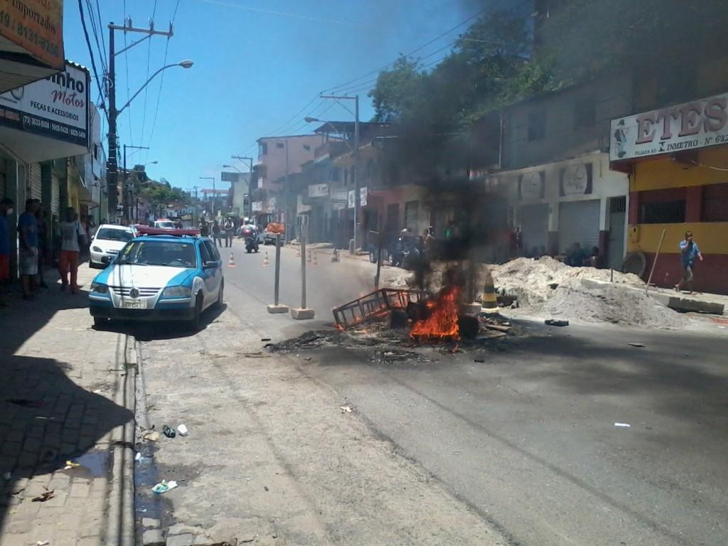 Manifestantes queimaram pneus para fechar a pista. Foto: Blog Agravo.