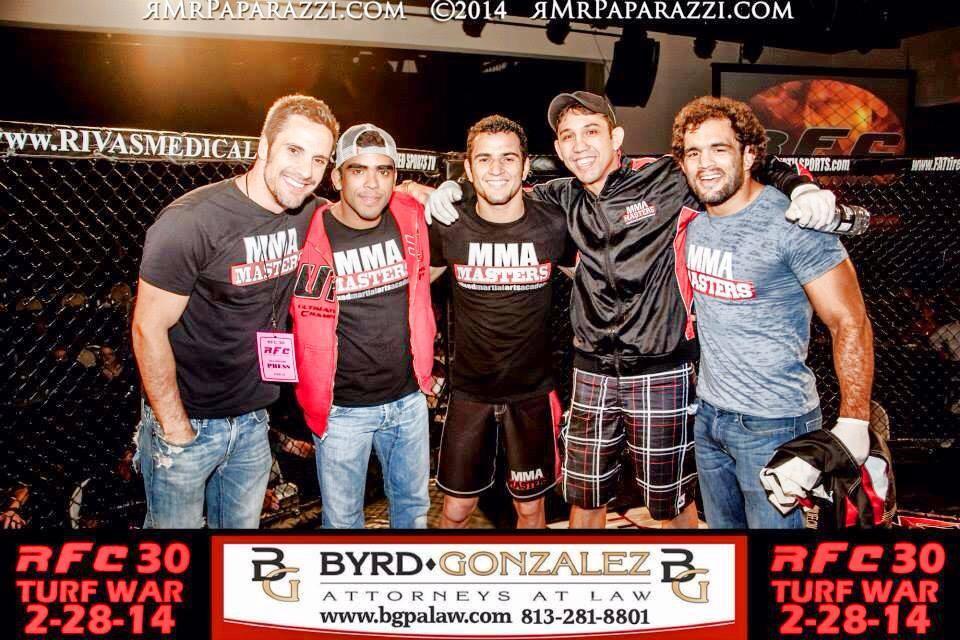 Paulo Bello (centro) junto com a equipe MMA Masters depois da vitória.