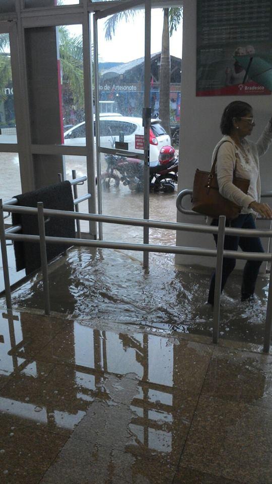 Esta é a agência do Bradesco que fica em frente ao SAC, no Centro de Ilhéus. O nível da água ultrapassa a altura dos tornozelos da cliente do banco. A imagem circula no WhatsApp e foi registrada nessa sexta-feira, 19.